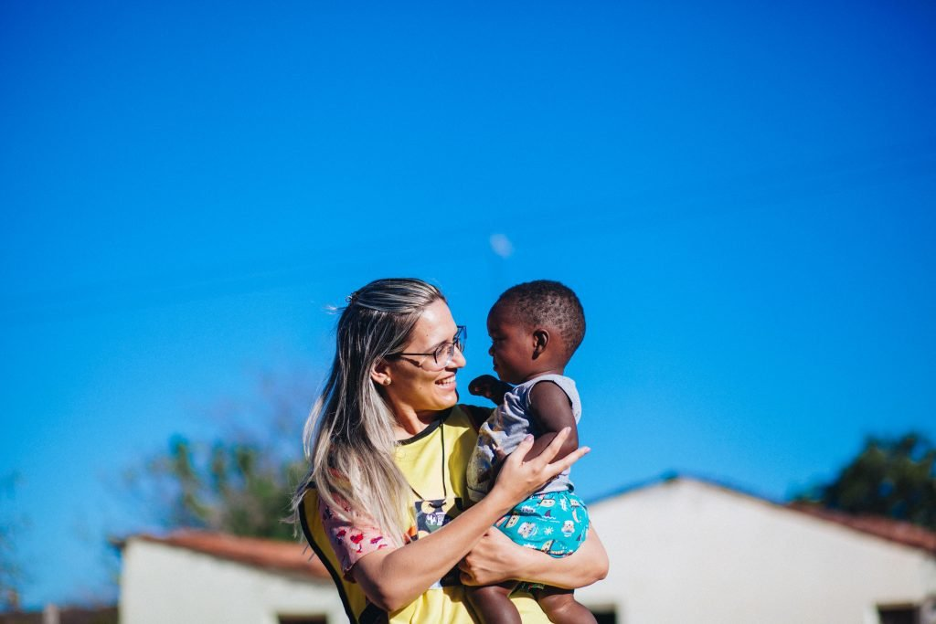 fotografia de voluntário com criança no sertão