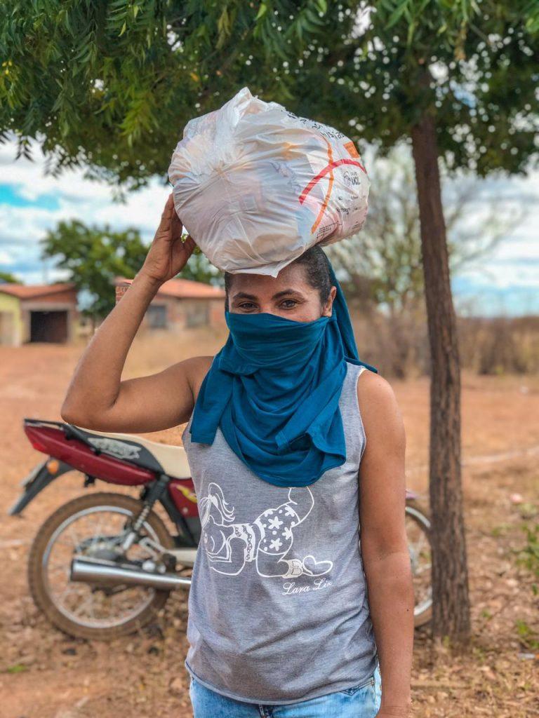 fotografia de mulher recebendo alimentos no sertão