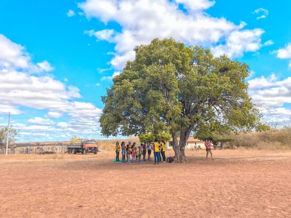 Fotografia de pessoas reunidas no sertão